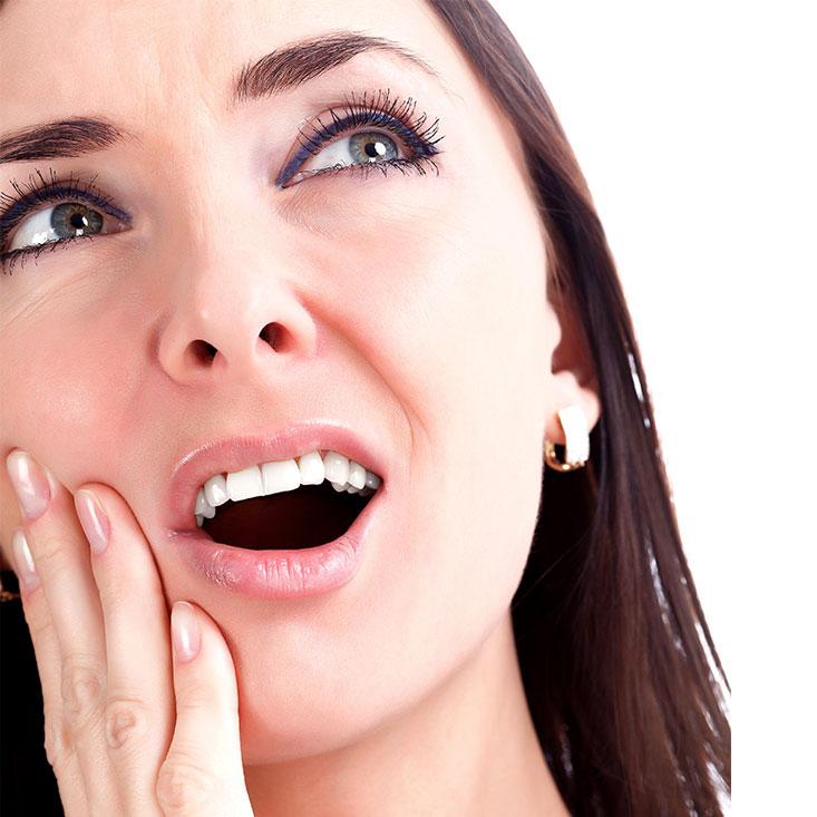 Mujer con dolor de mandibula por brixismo