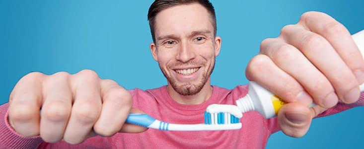 Chico con un cepillo y pasta de dientes